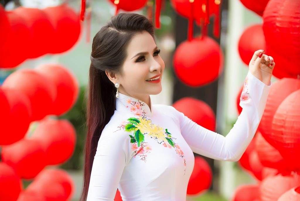 Hoa hậu Lê Thanh Thúy khoe sắc trong loạt ảnh áo dài đón Xuân Canh Tý 2020