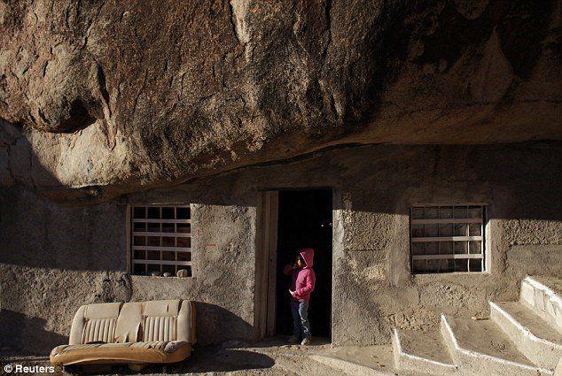 can nha nghi duoi tang da 850 tan thu hut khach du lich ivivu 03 Căn nhà nghỉ dưới tảng đá 850 tấn thu hút khách du lịch đến tham quan