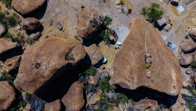 can nha nghi duoi tang da 850 tan thu hut khach du lich ivivu 06 Căn nhà nghỉ dưới tảng đá 850 tấn thu hút khách du lịch đến tham quan