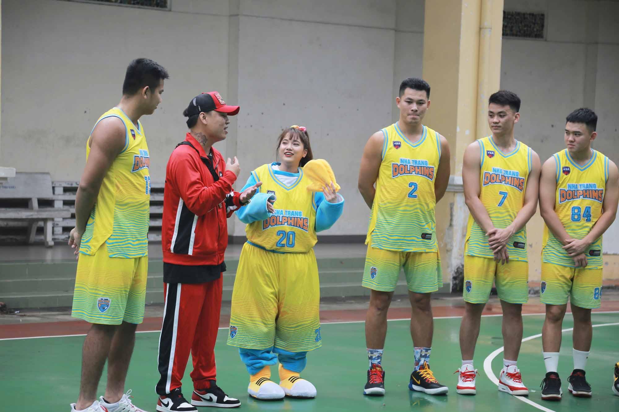 Emma Nhất Khanh ngượng ngùng khi được tuyển thủ Nha Trang Dolphins 'thả thính'