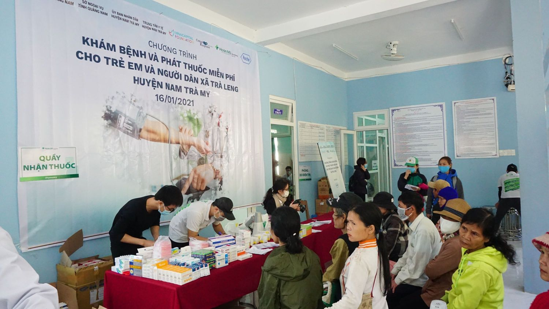 Phát Thuốc Miễn Phí Cho Người Dân đến Khám Sức Khỏe 1 1