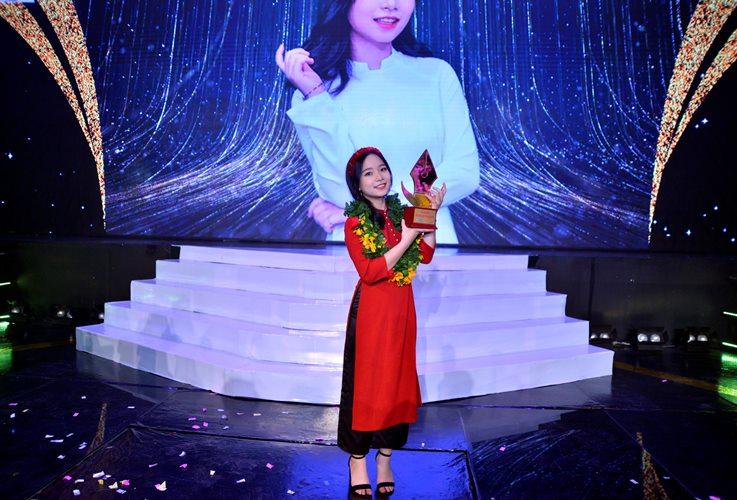Nữ sinh 2002 Ngọc Hoa đăng quang Én Vàng Học Đường 2020