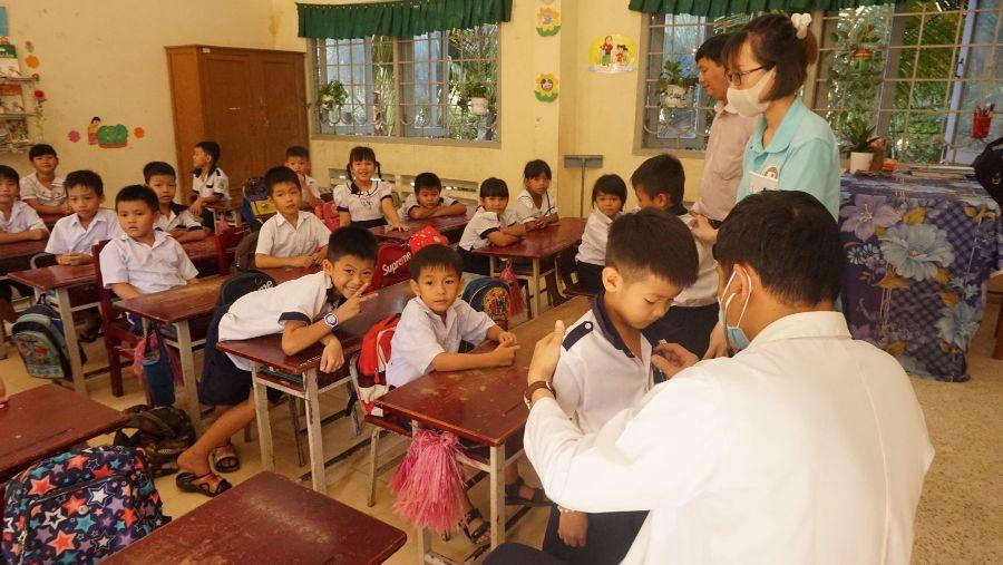 Bác Sĩ Khám Và Chẩn đoán Cho Học Sinh Tại Một Buổi Khám Lưu động ở Đồng Tháp Doctor Examined Students In Dong Thap 1 1 1