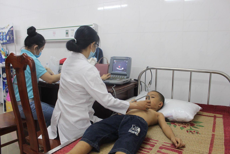Bác Sĩ Siêu âm Tim Cho Trẻ Tại Phòng Khám Lưu động ở Đăk Lăk Năm 2020. Doctor Performed Cardiac Ultrasound On A Child In Dak Lak 1 1