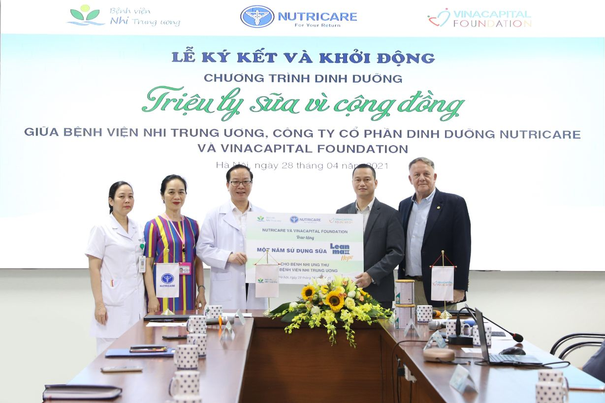 Vinacapital Foundation Va Ctcp Dinh Duong Nutricare Trao Tang Bang Tai Tro Truong Trung Cho Benh Vien Nhi Trung Uong 1