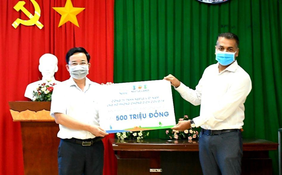 Ong Binu Jacob Tong Giam Doc Nestle Viet Nam Trao Tang Tai Tro Cua Nestle Viet Nam Cho Tuyen Dau Chong Dich. 2