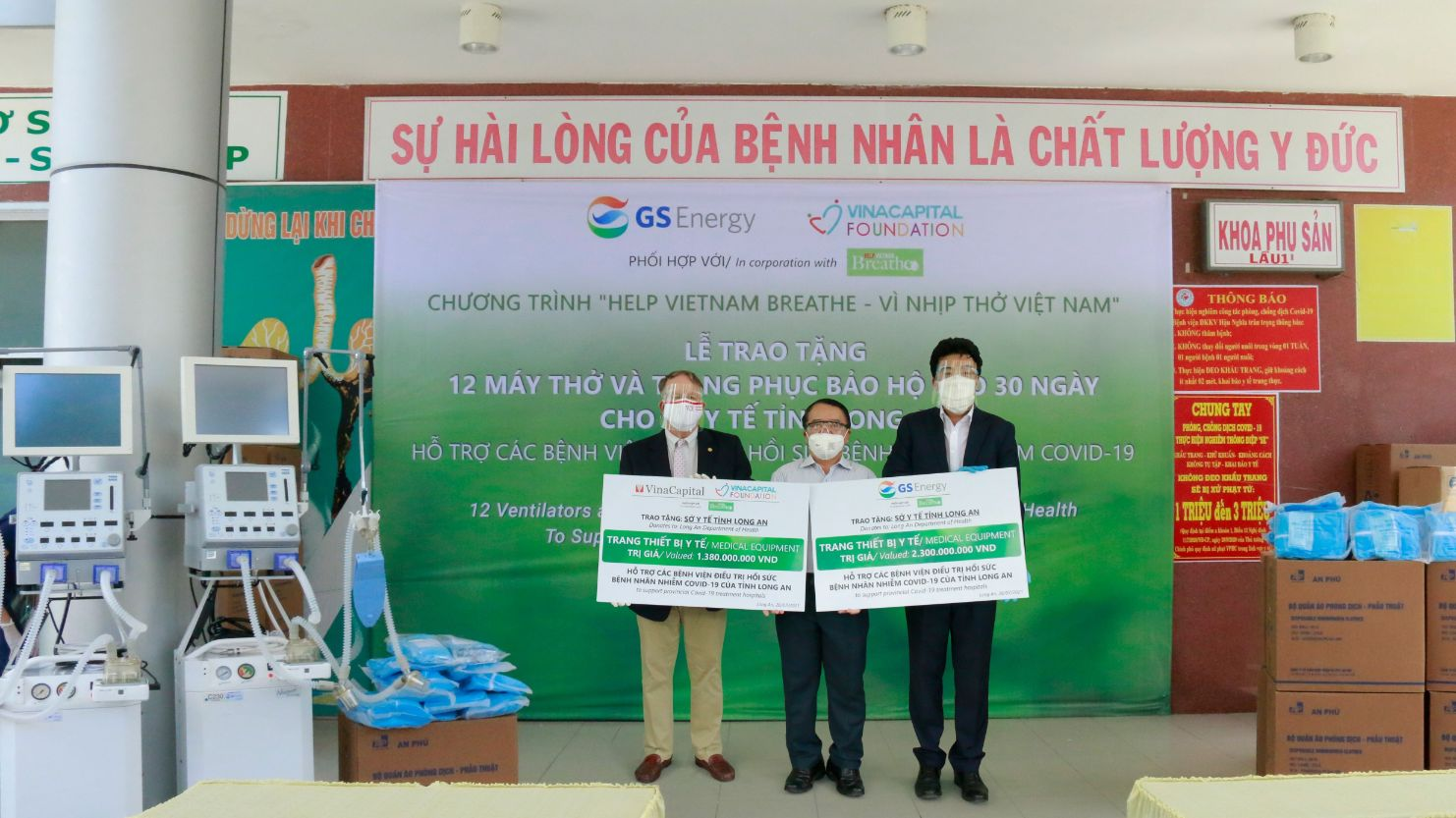 Dai Dien Gs Energy Va Vcf Trao Bang Tai Tro Tuong Trung Cho Dai Dien So Y Te Tinh Long An 1 1