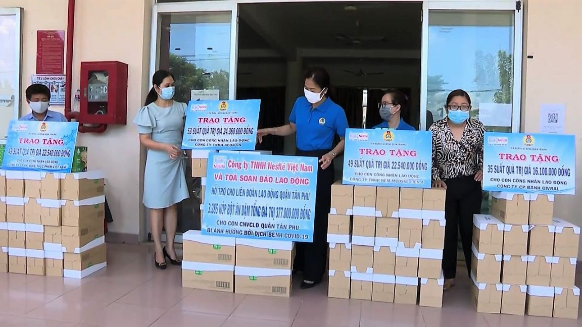 Nestle Viet Nam Phoi Hop Voi Lien Doan Lao Dong Tp. Hcm Trao Qua Cho Cong Nhan Bi Kho Khan Do Dich Covid 19 1. 1