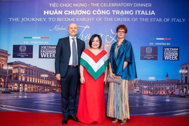 10. Ba Trang Le Cung Ngai Dai Su Italia Tai Viet Nam Antonio Alessandro Phu Nhan Tai Tiec Mung Ba Trang Le Duoc Trao Huan Chuong Cong Trang Ha Noi 1