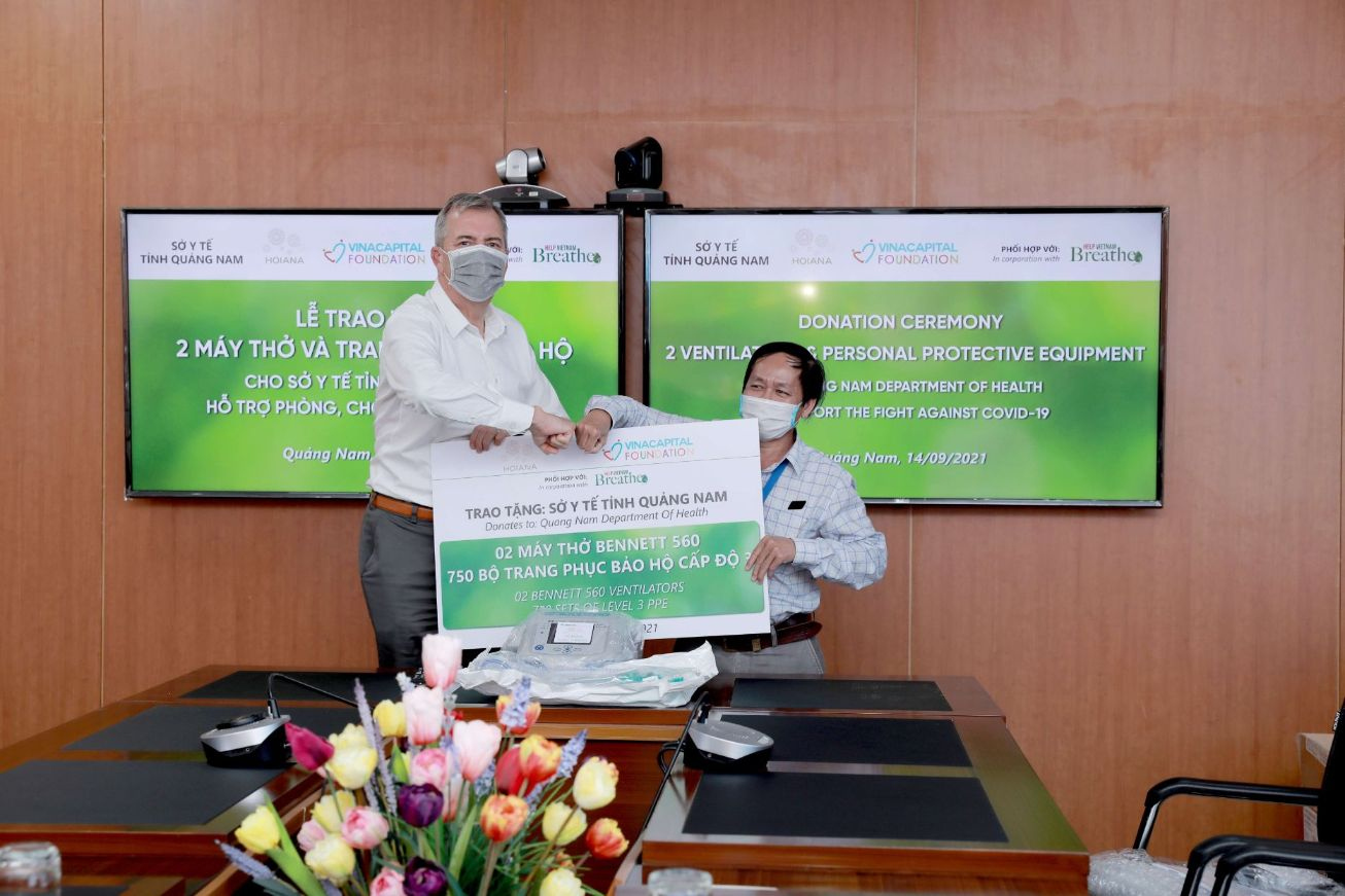 Mr. Steve Wolstenhomes Ceo Of Hoiana Integrated Resort Hands Over The Donation Mockcheck To Mr. Nguyen Van Van Deputy Director Of Quang Nam Department Of Health 1 1